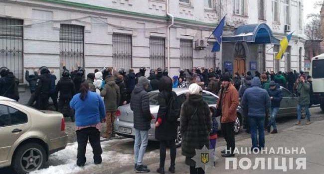 У Києві група осіб штурмувала управління поліції. Їх затримали